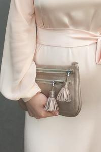 Кожаная женская сумка кросс-боди/ на пояс/ клатч м56 с кисточками пудра металлик
